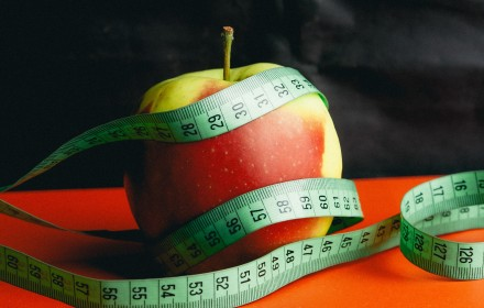 weight loss psychology, picture of an apple and tape measure